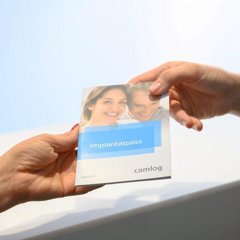 Implantatpass wird gereicht - quadratisches Format