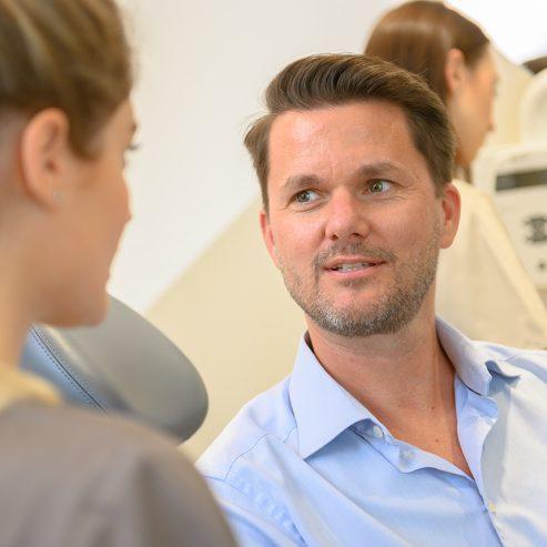Ärztin unterhält sich mit einem Patienten - quadratisches Format