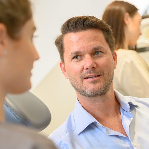 Ärztin unterhält sich mit Patient