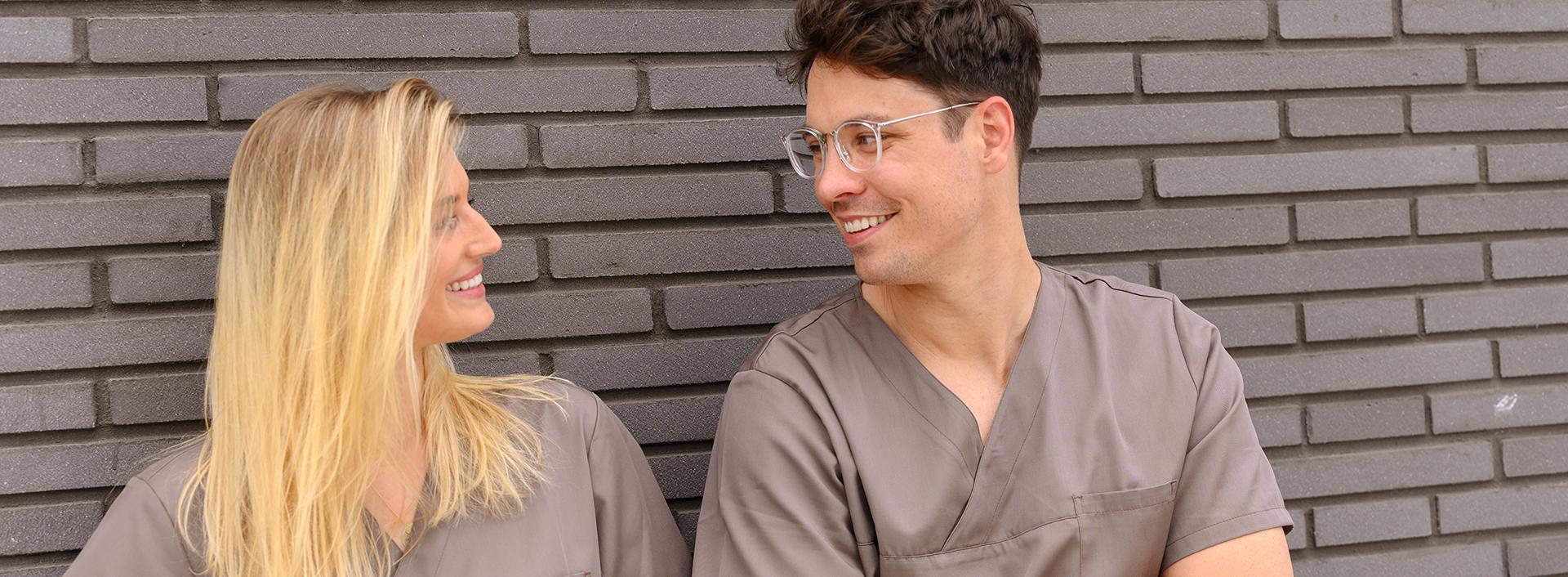 Dr. Antonia Herrmann und Dr. Sebastijan Mormer lächeln und schauen sich an