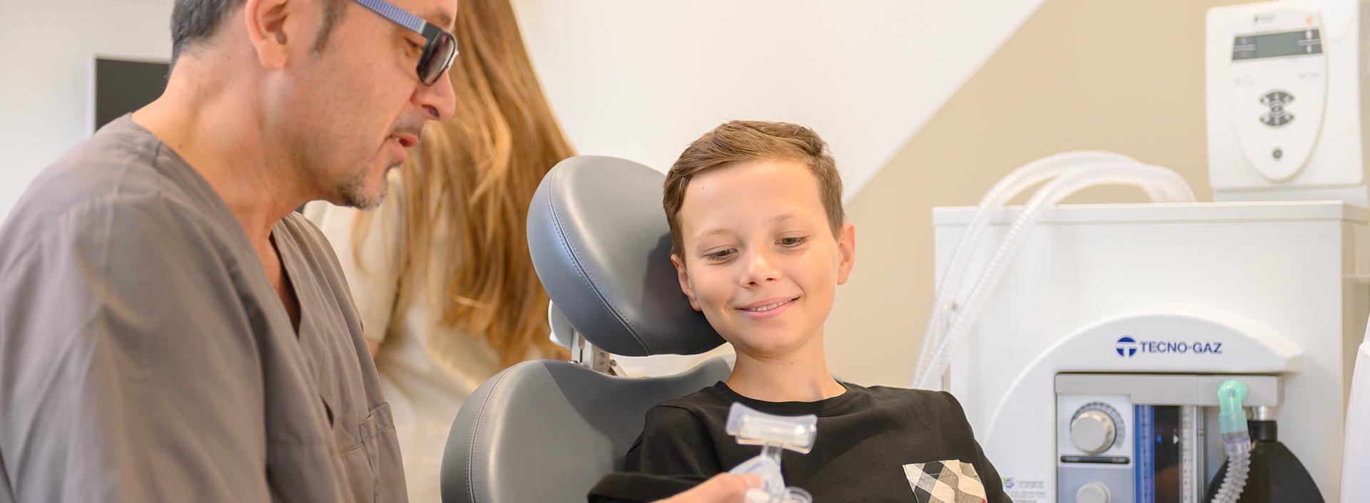 Arzt erklärt einem jungen Patienten die Anwendung mit Lachgas