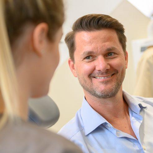 Lächelnder Patient - quadratisches Format