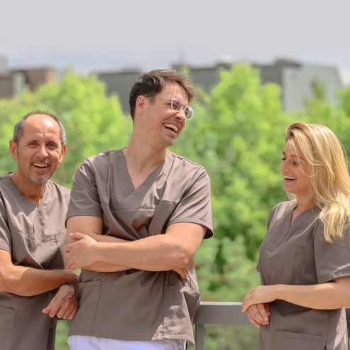 Dr. Ozren König, Dr. Sebastijan Mormer und Dr. Antonia Herrmann stehen draußen in der Sonne auf der Terrasse