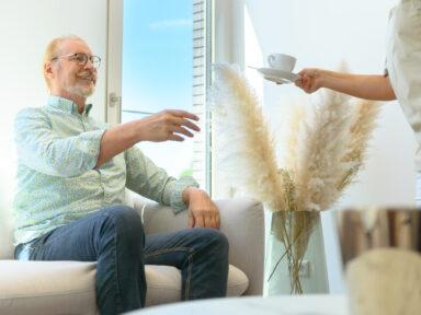 Patient erhält im Wartezimmer eine Tasse Kaffe