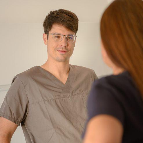 Schwangere Frau im Dialog mit dem Arzt - quadratisches Format