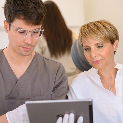 Arzt erklärt Patientin etwas