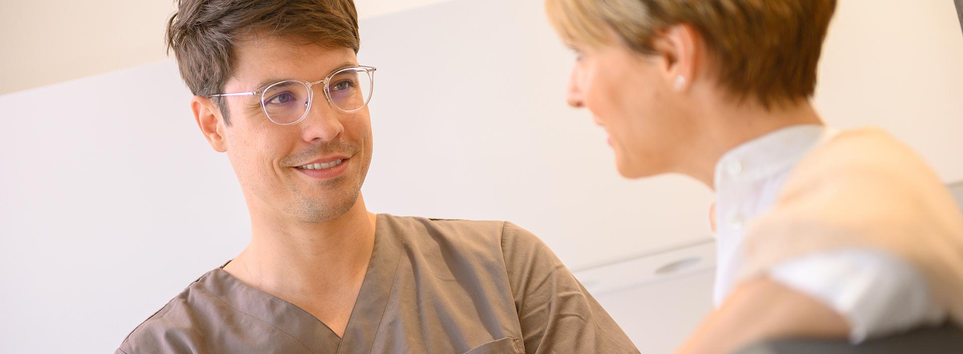 Patientin und Arzt führen ein Gespräch