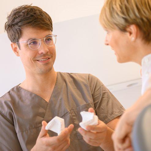 Patientin und Arzt führen ein Gespräch - quadratisches Format